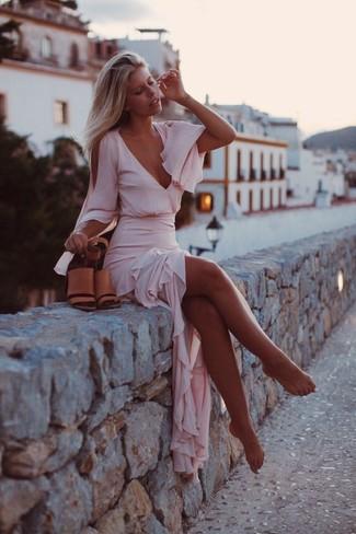 Cómo combinar: sandalias de tacón de cuero marrón claro, vestido largo de gasa rosado