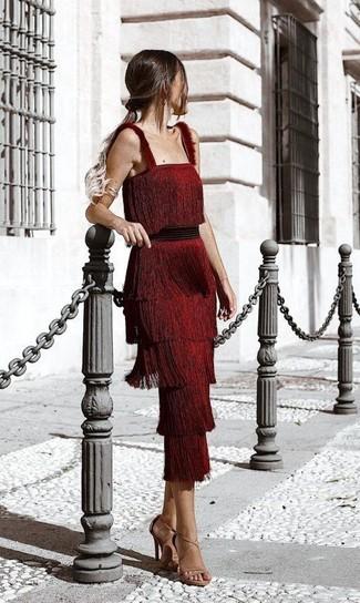 Cómo combinar: sandalias de tacón de cuero marrón claro, vestido midi сon flecos rojo
