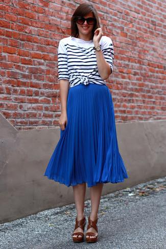 Cómo combinar: sandalias de tacón de cuero marrónes, falda midi plisada azul, camiseta de manga larga de rayas horizontales en blanco y negro