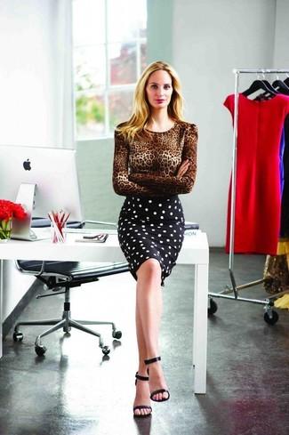Cómo combinar: sandalias de tacón de cuero negras, falda lápiz a lunares en negro y blanco, jersey con cuello circular de leopardo marrón