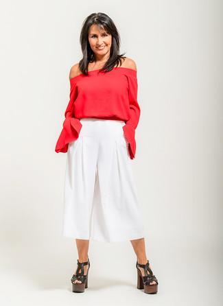 Cómo combinar: sandalias de tacón de cuero gruesas negras, falda pantalón blanca, top con hombros descubiertos rojo