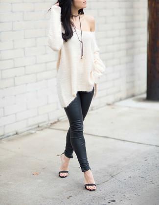 Cómo combinar: sandalias de tacón de cuero negras, leggings de cuero negros, jersey oversized de punto blanco