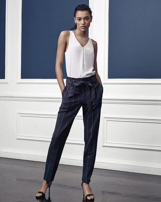 Cómo combinar: sandalias de tacón de cuero negras, pantalón de pinzas de rayas verticales azul marino, blusa sin mangas de seda blanca