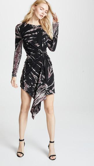 Cómo combinar: sandalias de tacón de cuero negras, vestido casual efecto teñido anudado negro