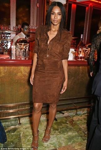 Cómo combinar: sandalias de tacón de cuero plateadas, vestido camisa de ante en marrón oscuro