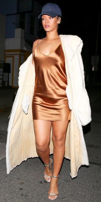 Cómo combinar: sandalias de tacón de cuero plateadas, vestido camisola de seda naranja, abrigo de piel blanco