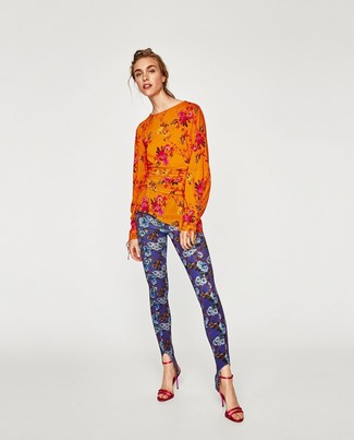 Cómo combinar: sandalias de tacón de cuero rojas, leggings con print de flores azules, blusa de manga larga con print de flores naranja