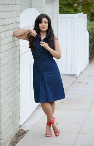 Cómo combinar: sandalias de tacón de cuero rojas, vestido camisa azul marino