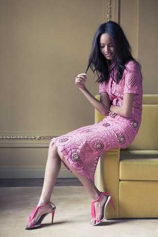 Cómo combinar: sandalias de tacón de cuero rosa, falda midi de encaje rosa, blusa de manga corta de encaje rosa