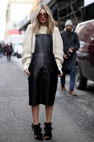 Cómo combinar: sandalias de tacón de pelo negras, pichi de cuero negro, jersey de cuello alto de lana de punto blanco