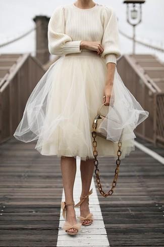 Cómo combinar: bolso bandolera de cuero en beige, sandalias de tacón de ante en beige, falda campana de tul en beige, jersey con cuello circular en beige