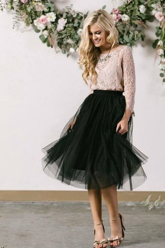 Cómo combinar: collar transparente, sandalias de tacón de cuero en beige, falda midi de malla negra, blusa de manga larga de encaje en beige