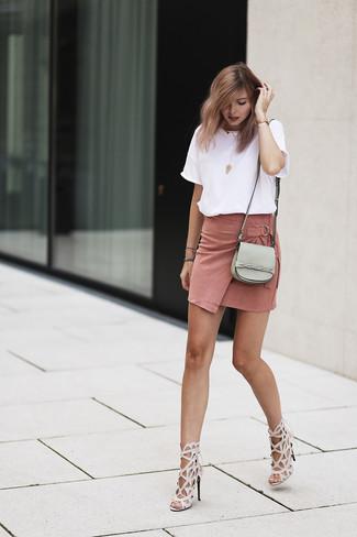 Combinar una minifalda de ante rosada: Emparejar una camiseta con cuello circular blanca con una minifalda de ante rosada es una opción incomparable para el fin de semana. Sandalias de tacón de cuero en beige son una opción buena para complementar tu atuendo.