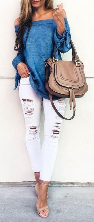Cómo combinar: bolso de hombre de cuero marrón, sandalias de tacón de cuero en beige, vaqueros pitillo desgastados blancos, top con hombros descubiertos azul