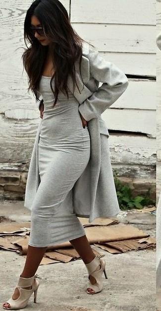 Cómo combinar: gafas de sol en marrón oscuro, sandalias de tacón de cuero en beige, vestido ajustado gris, abrigo gris