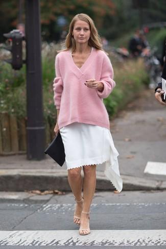 Combinar un jersey oversized rosa: Considera emparejar un jersey oversized rosa con un vestido casual blanco transmitirán una vibra libre y relajada. Sandalias de tacón de cuero en beige son una opción estupenda para completar este atuendo.
