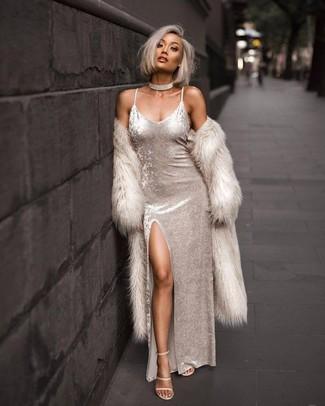 Cómo combinar: gargantilla transparente, sandalias de tacón de cuero en beige, vestido largo de terciopelo blanco, abrigo de piel en beige
