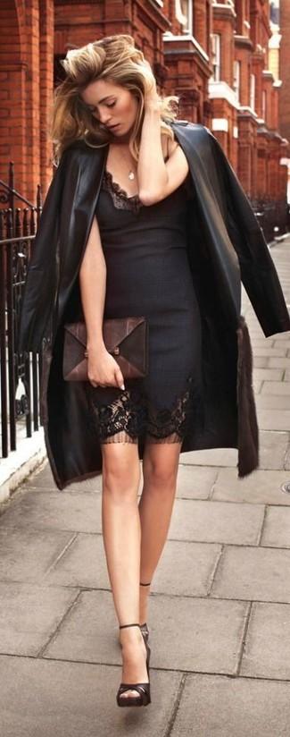 Cómo combinar: cartera sobre de cuero en marrón oscuro, sandalias de tacón de cuero en marrón oscuro, vestido ajustado de encaje negro, gabardina de cuero negra