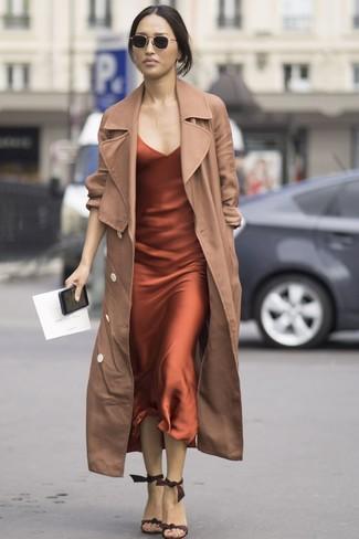 Cómo combinar: gafas de sol negras, sandalias de tacón de ante en marrón oscuro, vestido camisola de seda naranja, gabardina marrón claro