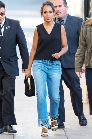 Cómo combinar: cartera sobre de ante negra, sandalias de tacón de cuero en multicolor, vaqueros сon flecos azules, blusa sin mangas negra