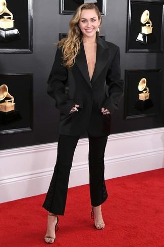 Cómo combinar: pendientes blancos, sandalias de tacón de cuero en negro y dorado, pantalón de campana negro, blazer negro