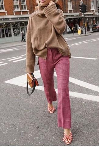 Cómo combinar: bolso bandolera de cuero marrón, sandalias de tacón de lona en rojo y blanco, pantalón de campana rosado, jersey de cuello alto de punto marrón claro