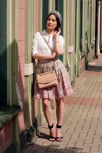 Combinar un bolso bandolera de cuero acolchado en beige: Para un atuendo tan cómodo como tu sillón empareja una camisa de vestir blanca con un bolso bandolera de cuero acolchado en beige. Sandalias de tacón de cuero negras son una opción grandiosa para complementar tu atuendo.