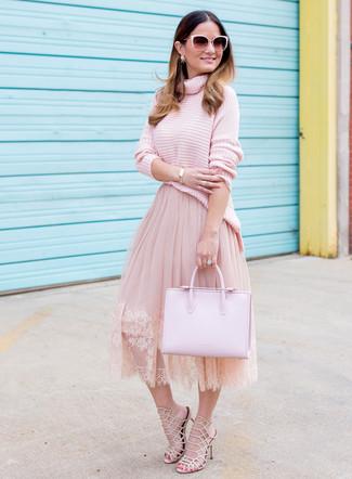 Cómo combinar: bolsa tote de cuero rosada, sandalias de tacón de cuero en beige, falda campana de tul rosada, jersey de cuello alto de punto rosado