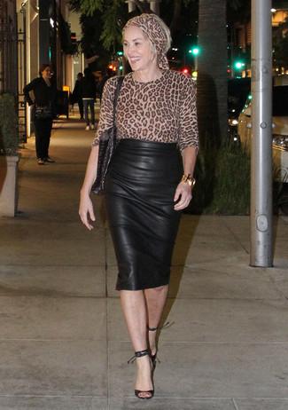 Cómo combinar: bolsa tote de cuero negra, sandalias de tacón de cuero negras, falda lápiz de cuero negra, blusa de manga larga de leopardo marrón claro