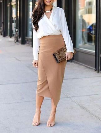 Cómo combinar: cartera sobre de ante de leopardo marrón claro, sandalias de tacón de cuero en beige, falda lápiz con recorte marrón claro, blusa de manga larga blanca