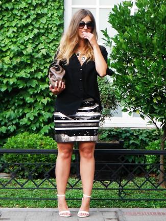Cómo combinar: cartera sobre de cuero marrón, sandalias de tacón de cuero blancas, falda lápiz de lentejuelas de rayas horizontales en negro y blanco, camisa de vestir negra