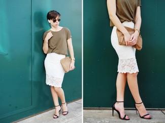 Cómo combinar: cartera sobre de ante marrón, sandalias de tacón de cuero negras, falda lápiz de encaje blanca, camiseta con cuello circular verde oliva