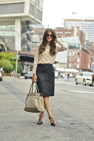 Cómo combinar: bolsa tote de ante en beige, sandalias de tacón de cuero negras, falda lápiz a lunares negra, camiseta de manga larga con adornos en beige