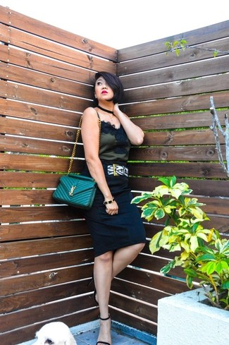 Cómo combinar: bolso bandolera de cuero acolchado verde, sandalias de tacón de ante negras, falda lápiz negra, camiseta sin manga de encaje negra