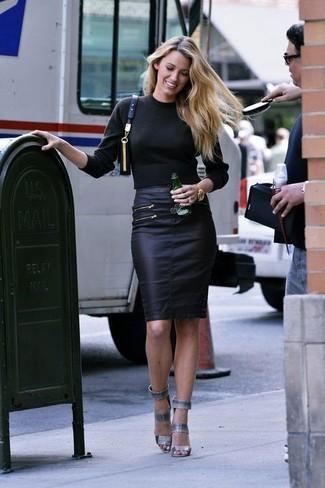 Cómo combinar: bolso bandolera de cuero negro, sandalias de tacón de cuero grises, falda lápiz de cuero negra, jersey de cuello alto negro