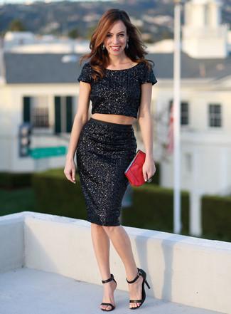 Cómo combinar: cartera sobre de cuero roja, sandalias de tacón de cuero negras, falda lápiz de lentejuelas negra, top corto de lentejuelas negro