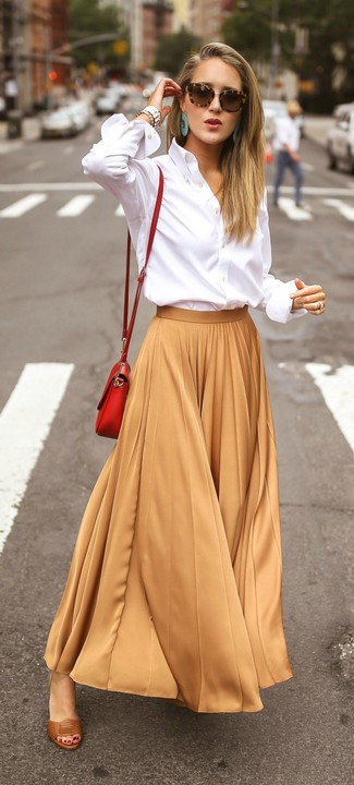 Outfits mujeres: Para crear una apariencia para un almuerzo con amigos en el fin de semana intenta combinar una camisa de vestir blanca junto a una falda larga plisada marrón claro. Sandalias de tacón de cuero marrónes son una opción buena para completar este atuendo.