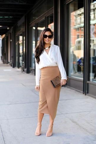 Cómo combinar: cartera sobre de ante de leopardo marrón, sandalias de tacón de cuero en beige, falda midi con recorte en beige, blusa de manga larga blanca