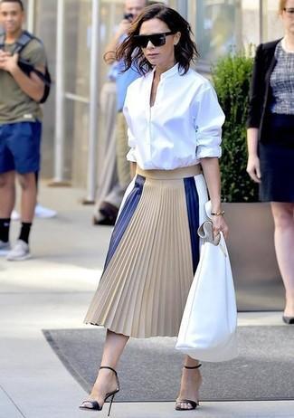 Cómo combinar: bolsa tote de cuero blanca, sandalias de tacón de cuero negras, falda midi de cuero plisada en beige, camisa de vestir blanca