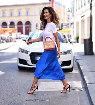 Cómo combinar: bolso bandolera de cuero estampado naranja, sandalias de tacón de cuero rosa, falda midi de seda azul, camiseta con cuello circular blanca