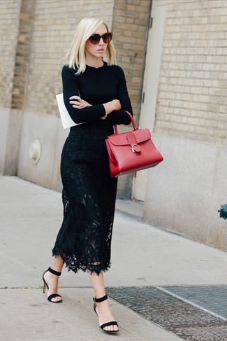 Cómo combinar: bolso de hombre de cuero rojo, sandalias de tacón de ante negras, falda midi de encaje negra, jersey con cuello circular negro