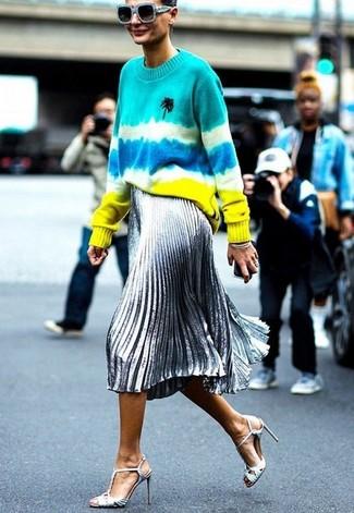 Cómo combinar: gafas de sol celestes, sandalias de tacón de cuero plateadas, falda midi plisada plateada, jersey con cuello circular efecto teñido anudado en multicolor