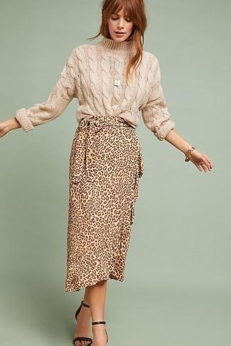 Cómo combinar: pulsera dorada, sandalias de tacón de cuero negras, falda midi de leopardo marrón claro, jersey de ochos en beige