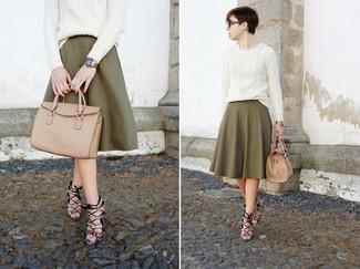 Cómo combinar: bolsa tote de cuero marrón claro, sandalias de tacón de cuero con print de serpiente grises, falda midi plisada verde oliva, jersey de ochos blanco