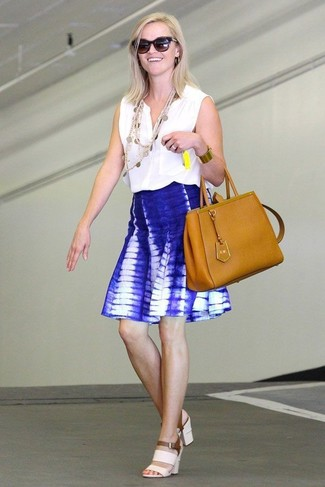 Cómo combinar: bolsa tote de cuero en tabaco, sandalias de tacón de cuero blancas, falda skater efecto teñido anudado azul, blusa sin mangas blanca