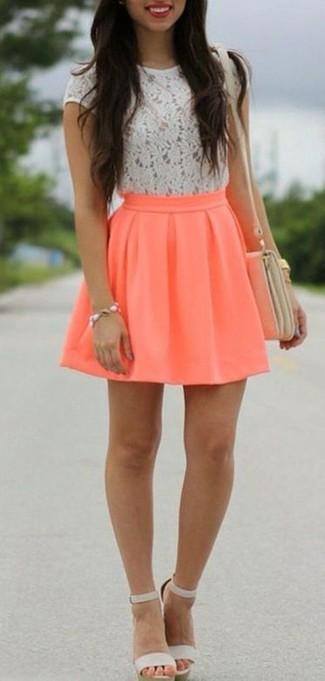 Cómo combinar: bolso bandolera de cuero en beige, sandalias de tacón de cuero grises, falda skater naranja, camiseta con cuello circular de encaje blanca