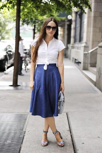 Cómo combinar: cartera de cuero plateada, sandalias de tacón de cuero con print de serpiente grises, falda midi plisada azul, camisa de manga corta blanca