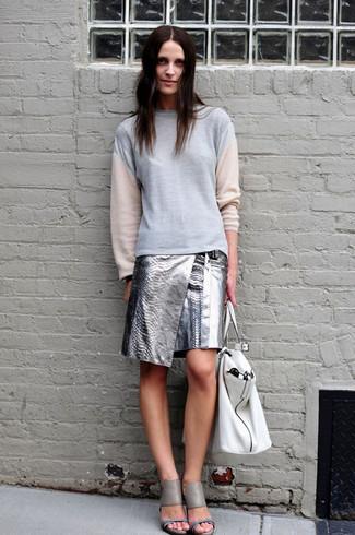Cómo combinar: bolsa tote de cuero blanca, sandalias de tacón de cuero grises, minifalda de cuero plateada, sudadera gris