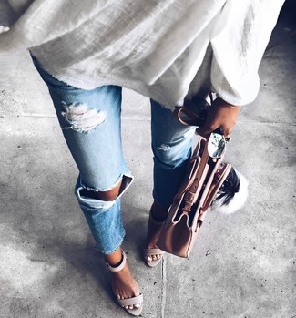 Cómo combinar: bolsa tote de cuero rosada, sandalias de tacón de cuero grises, vaqueros desgastados celestes, túnica de lino blanca