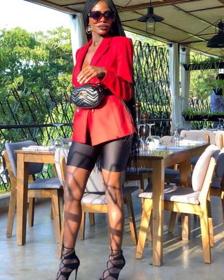 Cómo combinar: riñonera de cuero acolchada negra, sandalias de tacón de ante negras, mallas ciclistas negras, blazer cruzado rojo